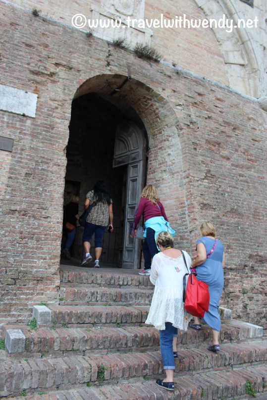 travel-with-wendy-cooking-in-italy-heading-into-the-fortress-city